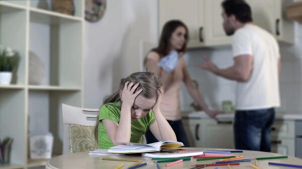 coppia che litiga figlia piccola che soffre